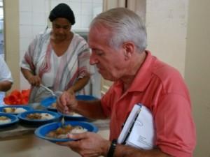 João Barbosa experimente a merenda escolar na escola Francisco Gomes