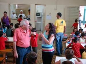 oão Barbosa é recebido pela diretora Rosângela na escola Francisco Gomes