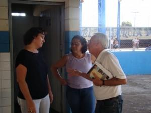 Vereador João Barbosa ao lado da vice-diretora Meire e a coordenadora Sandra Raquel em visita a escola