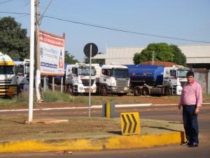 O vereador Toin do Raio X na rotatória da avenida Acácia Guairense
