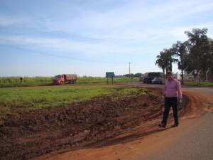 O vereador Toin do Raio X na rotatória nas proximidades da empresa Tomilho