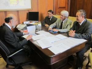 O vereador José Reginaldo Moreti, o prefeito Sérgio de Mello, o subsecretário Rubens Cury e o Deputado Roberto Engler