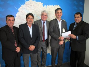 Vereadores ao lado do Deputado Roberto Engler oficializaram solicitação junto ao Superintendente do DER Clodoaldo Pelissioni
