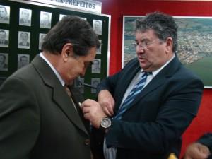 Presidente José Mendonça entrega uma imagem de Nossa Senhora Aparecida ao preidente eleito José Reginaldo Moreti e deseja-lhe sucesso em 2014